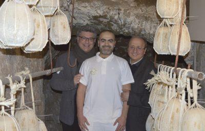 Tommaso De Gennaro al centro, a sinistra il direttore del consorzio di tutela del Provolone del Monaco Dop Vincenzo Peretti a destra il presidente Giosuè De Simone